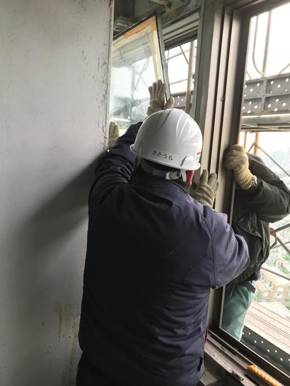 解体現場でのガラス窓撤去作業