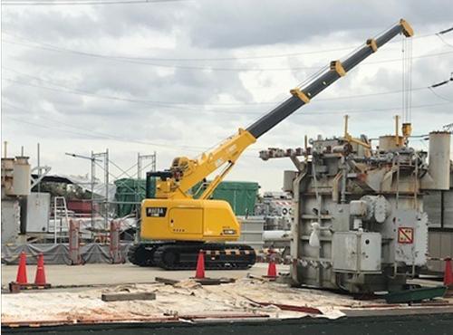 クレーンなど重機を使用し廃棄物などの撤去